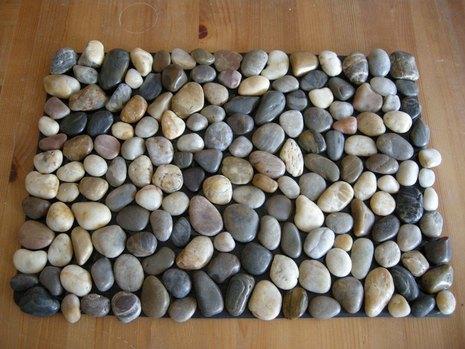 How to make a diy pebble bath mat curbly solutioingenieria Choice Image